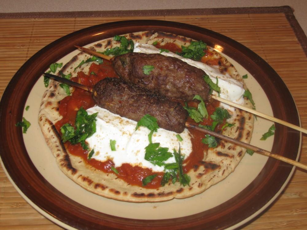 Giaourtlou kebab: Meat with tomato sauce and yogurt