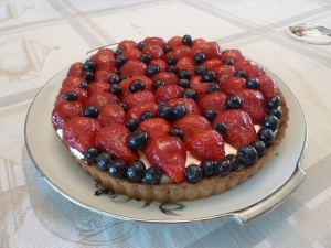 Tart with strawberries and bluberries