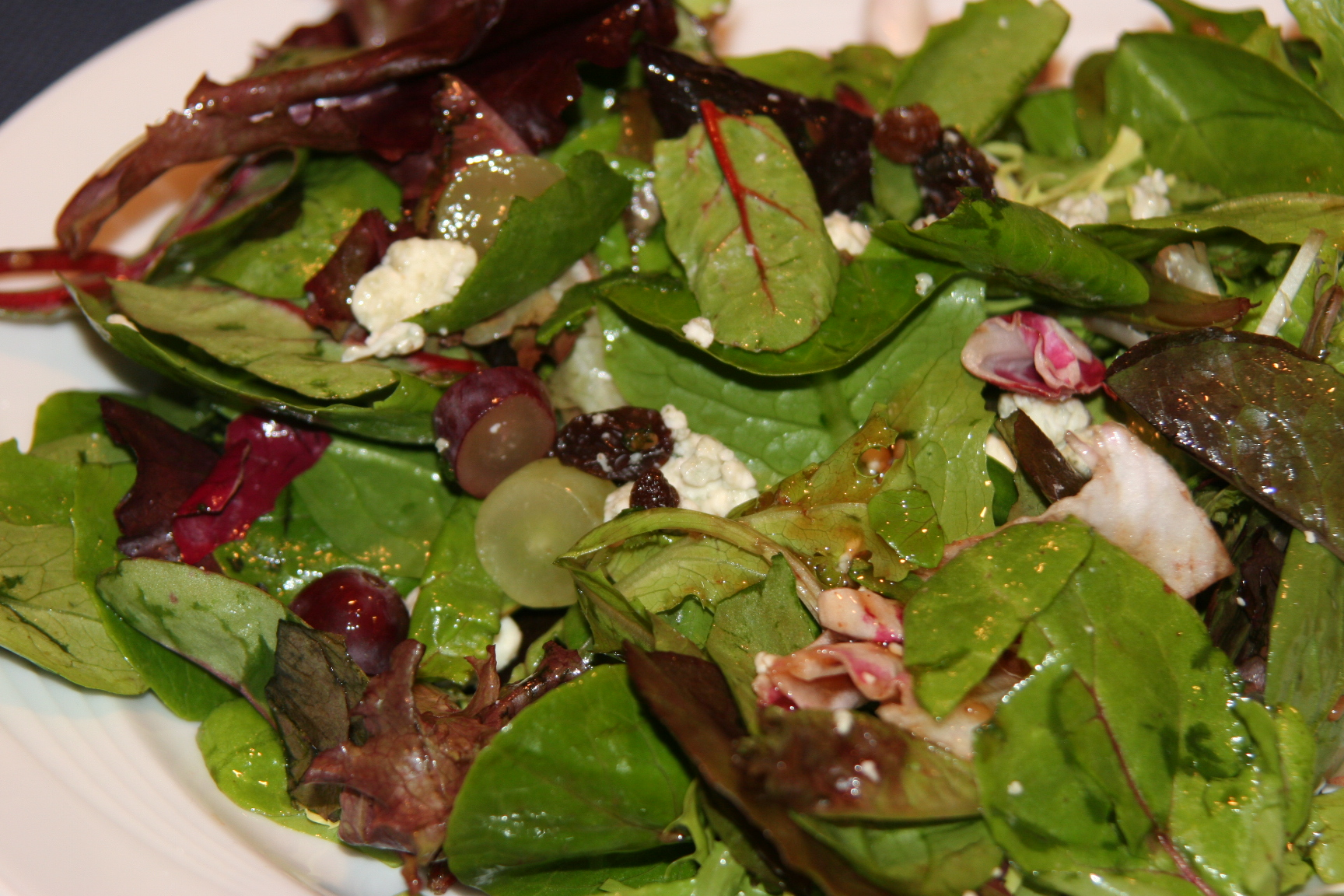 Green salad with grapes and blue cheese