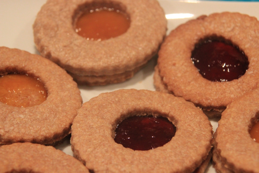 Butter biscuits with apricot and strawberry jam (1/2)